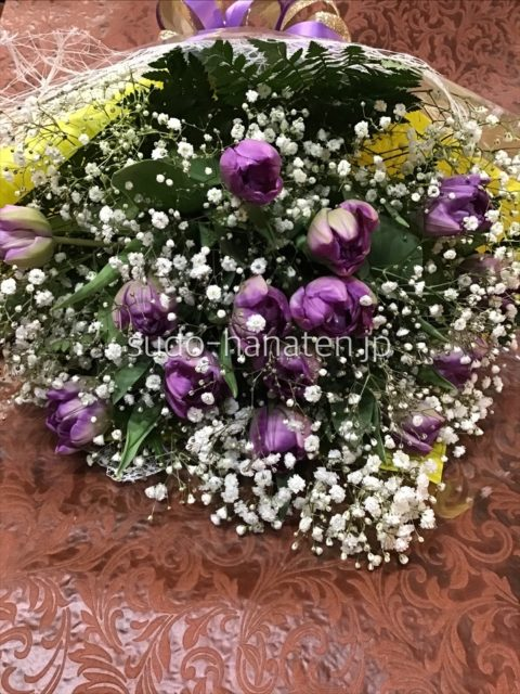 紫色のチューリップとかすみ草の花束