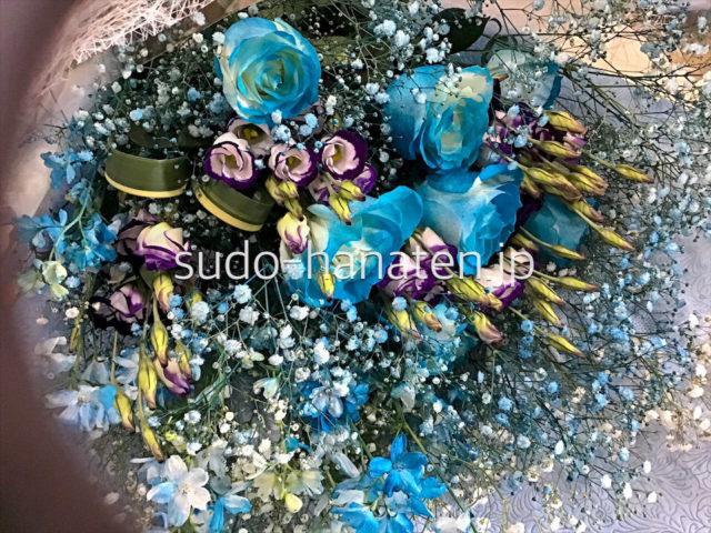 ターコイズのような青が印象的な花束